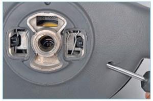 …вставляем отвертку в отверстие рулевого колеса (для наглядности показано на снятом рулевом колесе)…