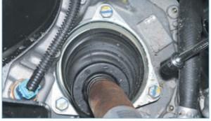 Головкой «на 13» отворачиваем три болта крепления держателя чехла внутреннего шарнира к картеру коробки передач
