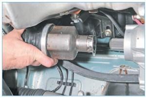 Сдвигаем наконечник корпуса внутреннего шарнира привода правого колеса со шлицевого вала полуосевой шестерни дифференциала…