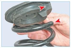 …чтобы конец верхнего витка пружины уперся в уступ прокладки
