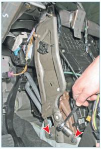 Головкой «на 13» отворачиваем два болта нижнего крепления кронштейна поперечной балки (для наглядности панель приборов снята)