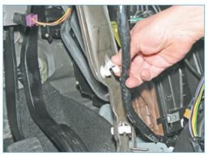 Вынимаем жгут проводов из держателей, расположенных на внутренней стороне кронштейна и снимаем кронштейн поперечной балки