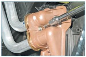 Ключом Torx T-20 отворачиваем винт крепления прижимной пластины трубок радиатора отопителя