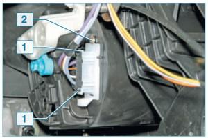 Нажав на фиксаторы 1 колодки жгута проводов…