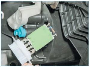 Сдвинув резистор вверх, вынимаем его из корпуса отопителя