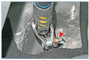 Головкой «на 13» отворачиваем гайку специального болта крепления муфты нижнего карданного шарнира промежуточного вала к приводной шестерне рулевого механизма