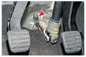 Снимаем муфту нижнего карданного шарнира с шестерни (стрелкой показана лыска шестерни)