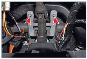 Головкой «на 13» отворачиваем два передних болта крепления кронштейна рулевой колонки к кронштейну поперечной балки, расположенных под панелью приборов
