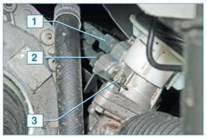 …ключом «на 13» – гайку 3 крепления кронштейна трубки сливной магистрали, ключом «на 19» – штуцер 2 трубки сливной магистрали и ключом «на 17» – штуцер 1 трубки нагнетательной магистрали