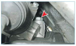 С левой стороны головкой «на 18» отворачиваем болт крепления рулевого механизма к подрамнику