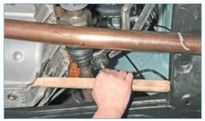 …и устанавливаем деревянный брусок длиной 300–350 мм между поддоном картера двигателя и подрамником