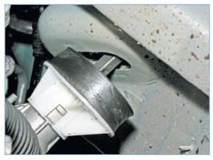 …выводим приводную шестерню рулевого механизма из отверстия в щитке передка