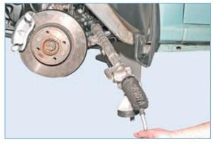 Вынимаем рулевой механизм влево