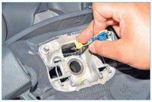 Продеваем спиральный кабель подушки безопасности через отверстие в ступице рулевого колеса…