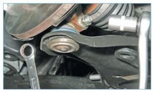 Головкой «на 16» отворачиваем гайку стяжного болта клеммного соединения поворотного кулака и пальца шаровой опоры, удерживая болт ключом того же размера