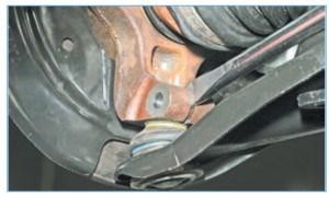 Мощной шлицевой отверткой или монтажной лопаткой разжимаем клеммное соединение поворотного кулака и пальца шаровой опоры