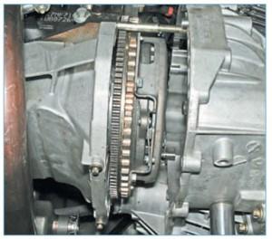 …отводим коробку передач от двигателя, выводя первичный вал из ступицы ведомого диска сцепления