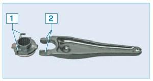 При установке подшипника лапки 2 вилки должны войти в пластмассовые крючки 1 муфты подшипника