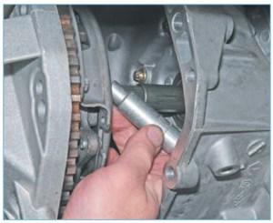 Вставляем центрирующую оправку (подходит центрирующая оправка для сцепления автомобилей ВАЗ) в шлицы ведомого диска и вводим хвостовик оправки в отверстие фланца коленчатого вала