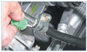 …помечаем ее положение на штоке механизма переключения передач