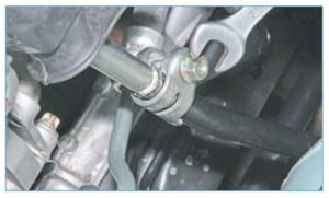 Ключом «на 13» ослабляем затяжку гайки стяжного болта хомута крепления тяги к штоку механизма переключения передач