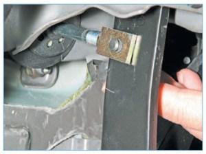 Отводим от педали тормоза пружинный фиксатор пальца крепления толкателя вакуумного усилителя к педали…