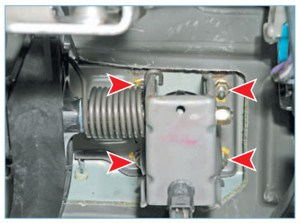 Головкой «на 13» отворачиваем четыре гайки крепления вакуумного усилителя к щитку передка
