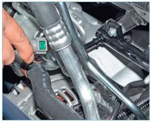 …снимаем наконечник топливной трубки со штуцера топливной рампы