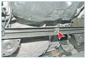В средней части на стабилизаторе установлена резиновая подушка