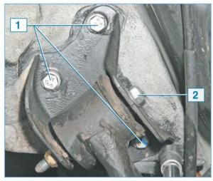 Через внутреннюю обойму сайлент-блока проходит болт 2, соединяющий рычаг с кронштейном кузова. Кронштейн крепится к кузову тремя болтами 1