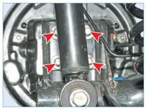Цапфа заднего колеса крепится четырьмя болтами через щит тормозного механизма к фланцу балки задней подвески