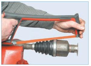 Ножовкой по металлу перепиливаем (или перекусываем бокорезами) большой хомут крепления чехла, так чтобы не повредить при этом корпус шарнира