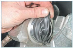 Снимаем чехол с буртика корпуса цилиндра и поршня