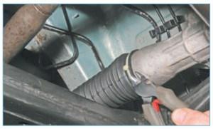 Перекусываем бокорезами пластмассовый хомут крепления защитного чехла на картере рулевого механизма