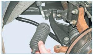 Снимаем защитный чехол рулевого механизма