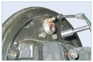 Головкой «на 10» отворачиваем два болта крепления цилиндра к щиту тормозного механизма…