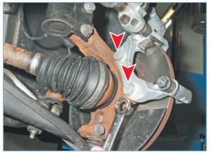 Накидным ключом «на 18» отворачиваем два болта крепления направляющей колодок к поворотному кулаку