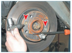 Ключом Torx Т-40 отворачиваем два винта крепления диска тормозного механизма к ступице переднего колеса…