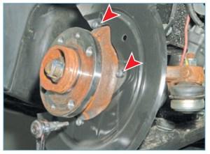 Ключом Torx Т-30 отворачиваем три винта крепления щита к поворотному кулаку…
