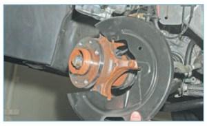 …и снимаем щит тормозного механизма переднего колеса