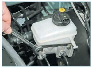 Рожковым ключом «на 11» или специальным ключом для штуцеров тормозных трубок отворачиваем штуцеры двух тормозных трубок
