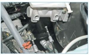 Выводим наконечники трубок из отверстий главного тормозного цилиндра