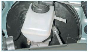 Головкой «на 13» отворачиваем две гайки крепления цилиндра к вакуумному усилителю тормозов…