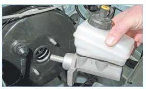 …и снимаем главный тормозной цилиндр в сборе с бачком гидропривода