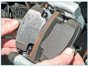 …вынимаем тормозные колодки из их направляющей