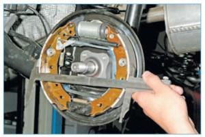 Штангенциркулем измеряем расстояние между наружными поверхностями накладок передней и задней колодок