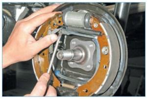 …отводим рычаг регулятора от храповой гайки резьбового наконечника планки и отверткой вращаем гайку (резьба правая)
