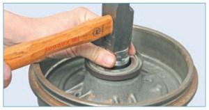 …или выбиваем с помощью подходящей оправки, подложив под тормозной барабан два деревянных бруска