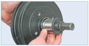 Запрессовываем новый подшипник съемником до упора, прикладывая усилие через оправку к наружному кольцу подшипника
