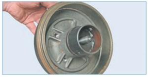 Опирая чашку съемника с другой стороны барабана при запрессовке подшипника на автомобиле с ABS, не повредите задающее кольцо датчика скорости заднего колеса